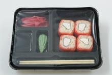 Упаковка готовых суши в лотки Запайщики лотков трейсилеры
